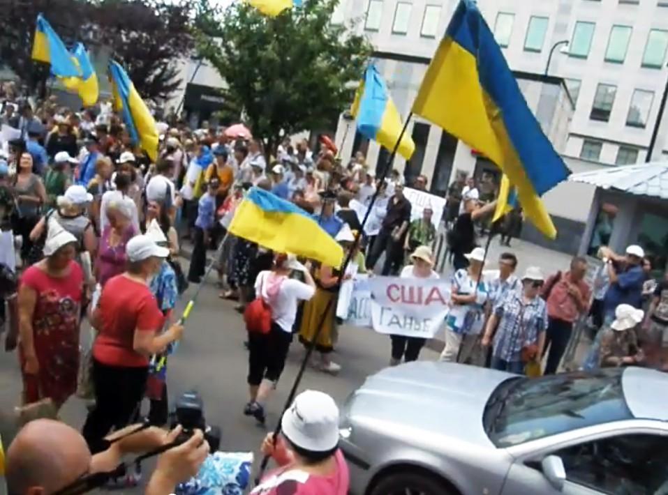 Митинг у здания посольства США в Киеве