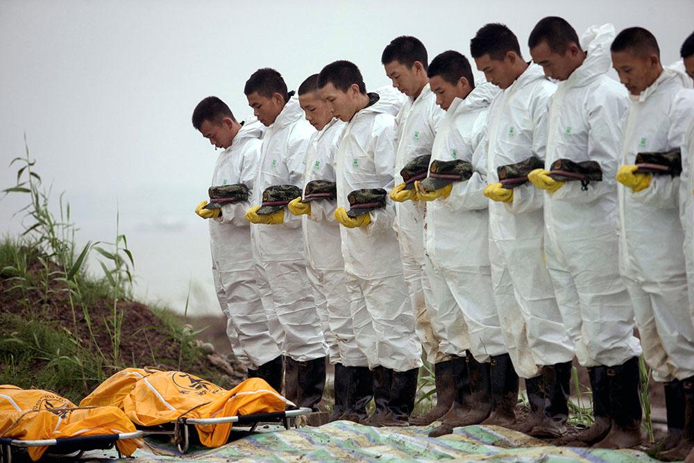 """Китайские спасатели и тела погибших в крушении туристического лайнера """"Звезда Востока"""""""