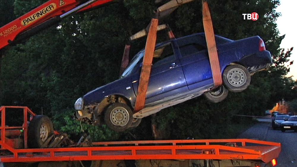 Погрузка на эвакуатор разбитой в ДТП машины