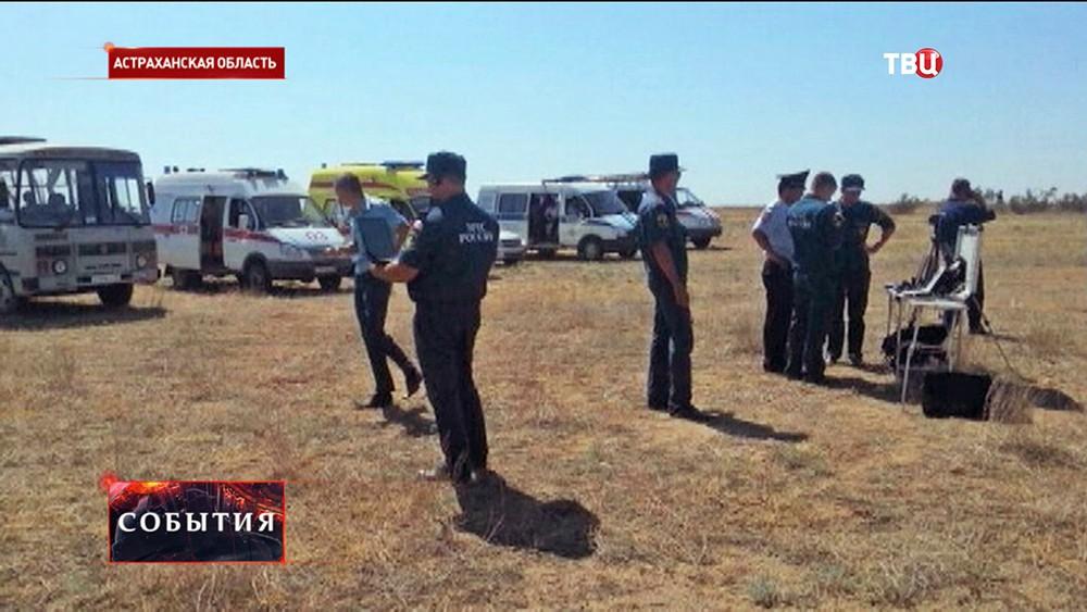 Спасатели МЧС на месте падения МиГ-29 в Астраханской области