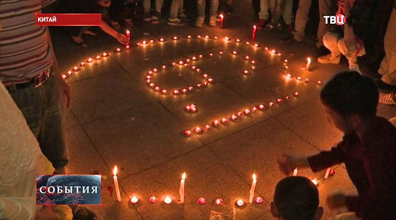 Свечи в память о погибших крушения теплохода в Китае