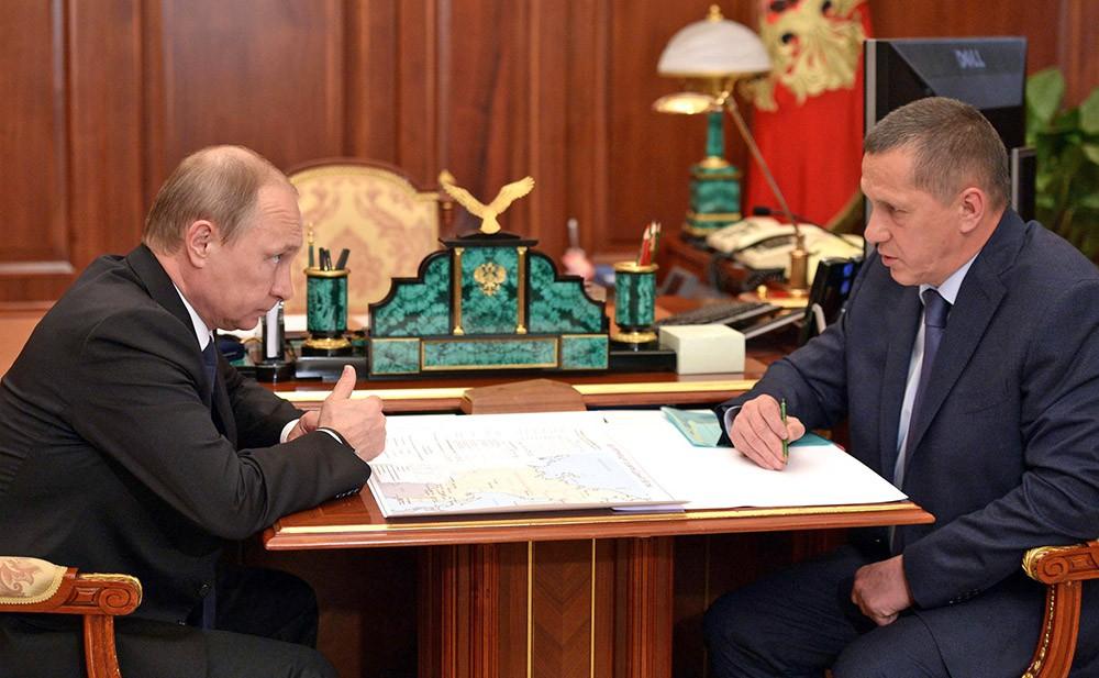 Президент России Владимир Путин и полномочный представитель президента в Дальневосточном федеральном округе Юрий Трутнев
