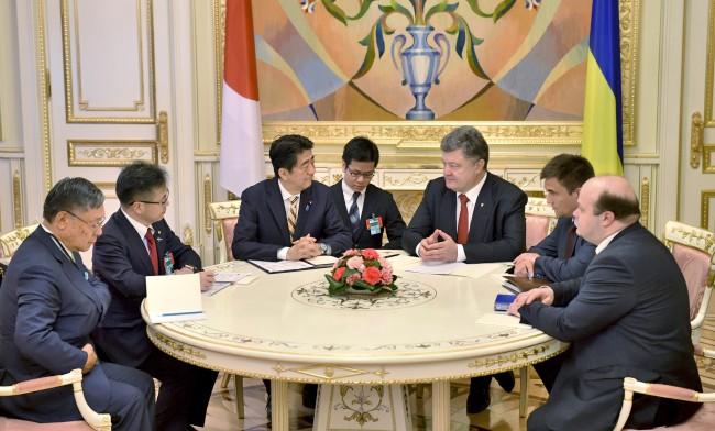 Встреча премьер-министра Японии Сидзе Абэ и президента Украины Пётра Порошенко
