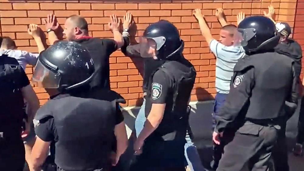 Украинская милиция задерживает радикалов