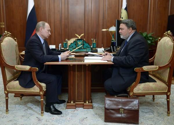 Президент России Владимир Путин и руководитель ФАС Игорь Артемьев во время встречи