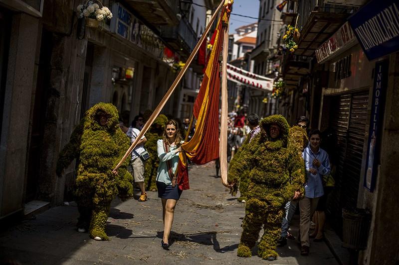 Испанцы в костюмах из мха