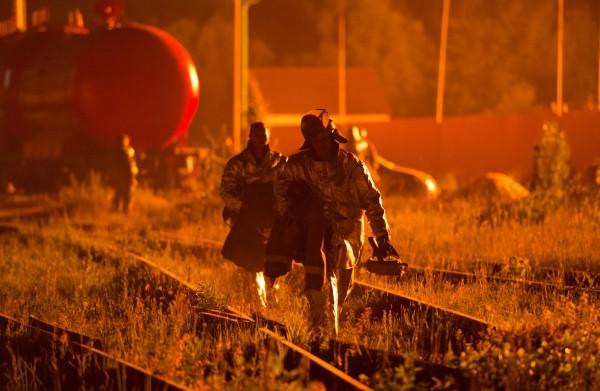 Работники пожарной службы на месте пожара на территории нефтебазы