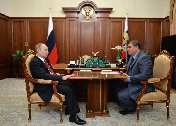 Президент России Владимир Путин и губернатор Орловской области Вадим Потомский во время встречи