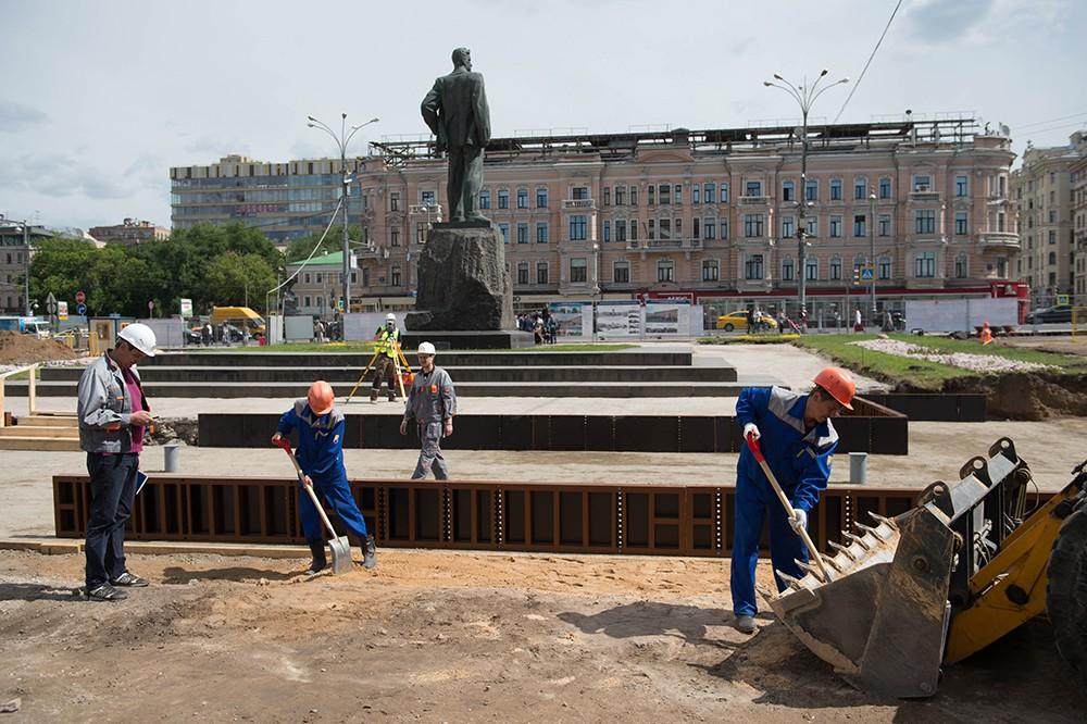 Осмотр хода работ по благоустройству Триумфальной площади