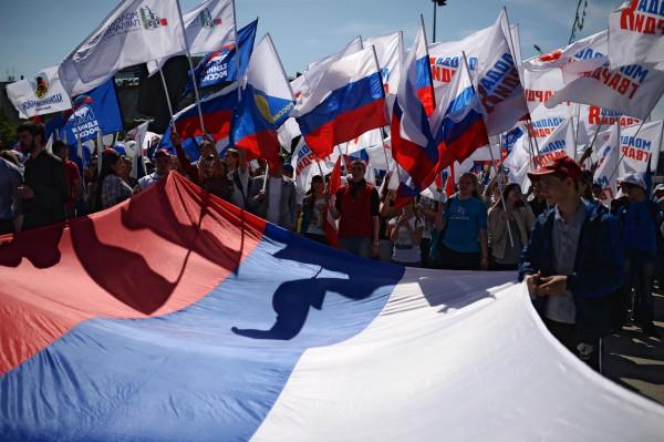 Участники праздничного шествия, приуроченного к празднованию Дня России