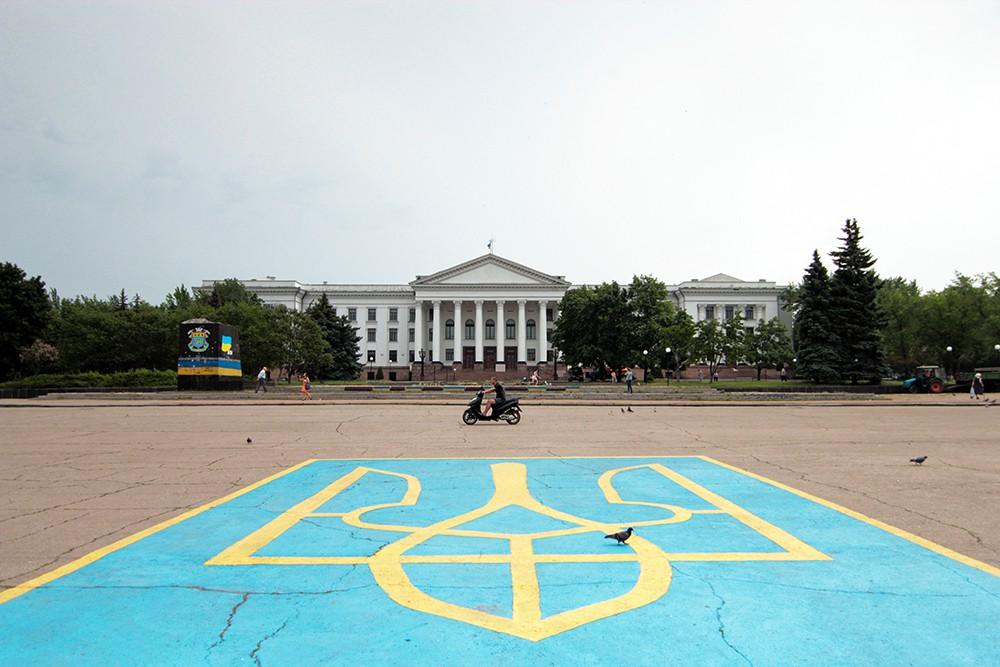 Герб Украины на асфальте в Киеве