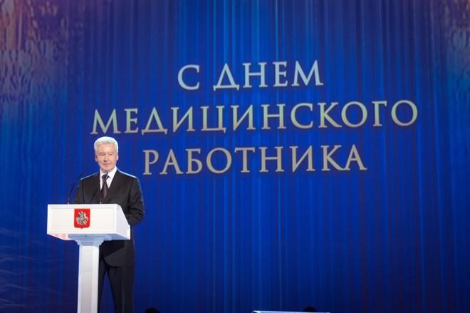 Мэр Москвы Сергей Собянин поздравляет медицинских работников