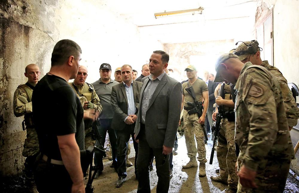 Министр внутренних дел Грузии Вахтанг Гомелаури на месте спецоперации