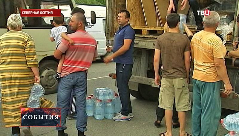 Люди набирают воду в Северной Осетии