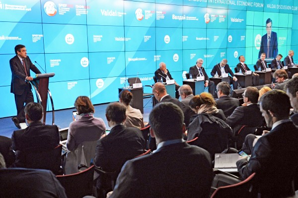 """Бывший премьер-министр Франции Франсуа Фийон (слева) во время сессии клуба """"Валдай"""""""