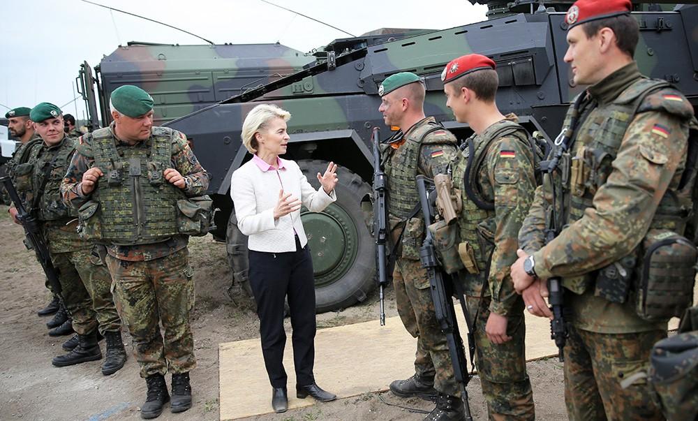 Министр обороны Германии Урсула фон дер Лайен и военнослужащие немецкой армии