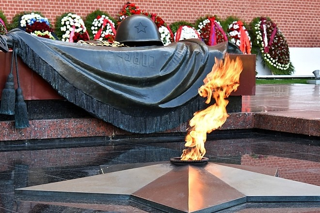 Вечный огонь у стен Кремля
