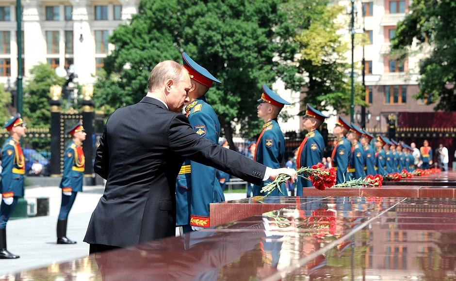 Владимир Путин возложил цветы к памятным знакам, установленным в честь городов-героев и городов воинской славы