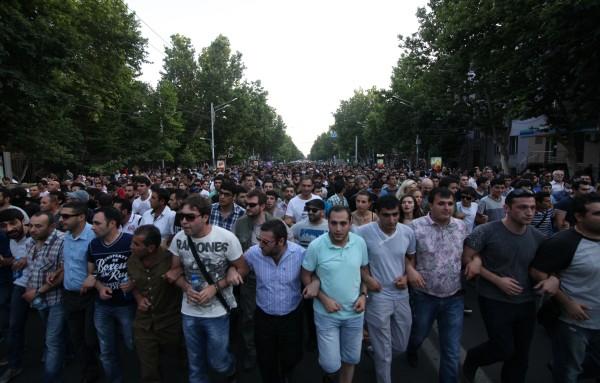 Участники масштабной акции протеста против повышения тарифов на электроэнергию