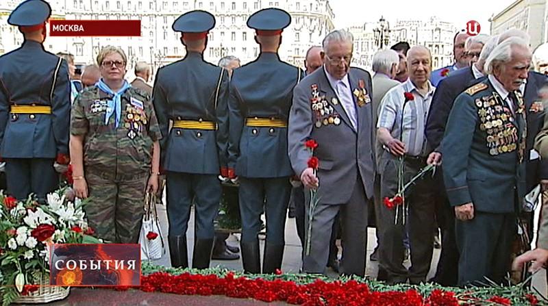 Ветераны ВОВ возлогаю цветы к Могиле неизвестного солдата