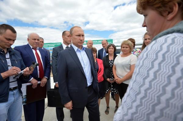 Президент России Владимир Путин во время общения с жителями села Усть-Бюр, пострадавшими от пожаров на территории Хакасии