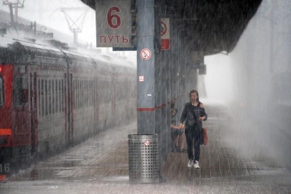 Девушка на Киевском вокзале в Москве во время дождя