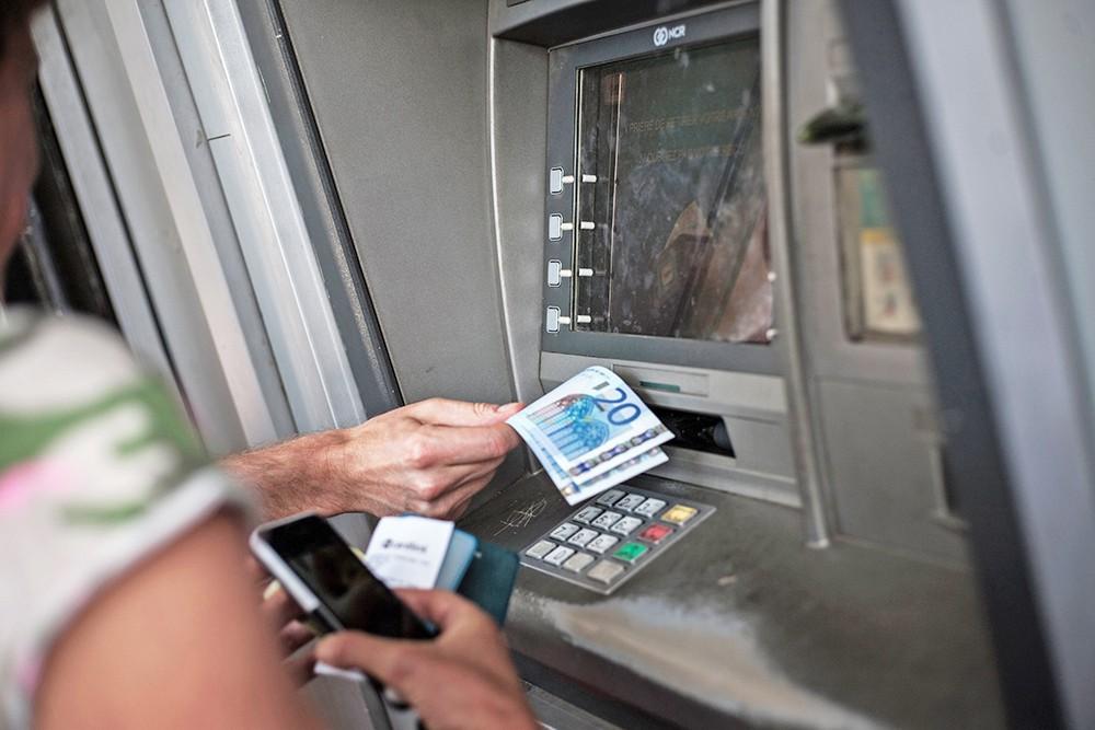 Снятие евро в банкомате