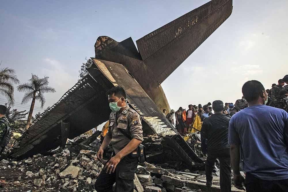 Работы на месте крушения самолета в Индонезии