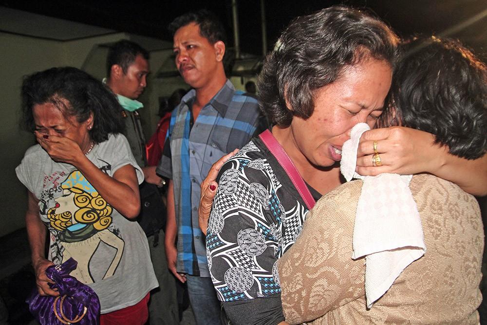 Близкие погибших при крушении самолета в Индонезии