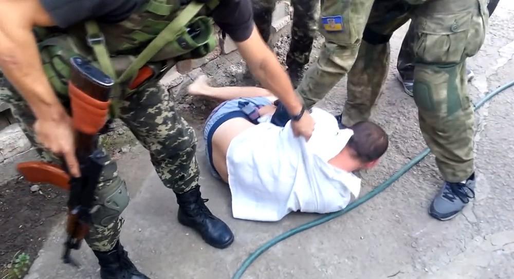 Бойцы украинского добровольческого батальона избивают задержанного