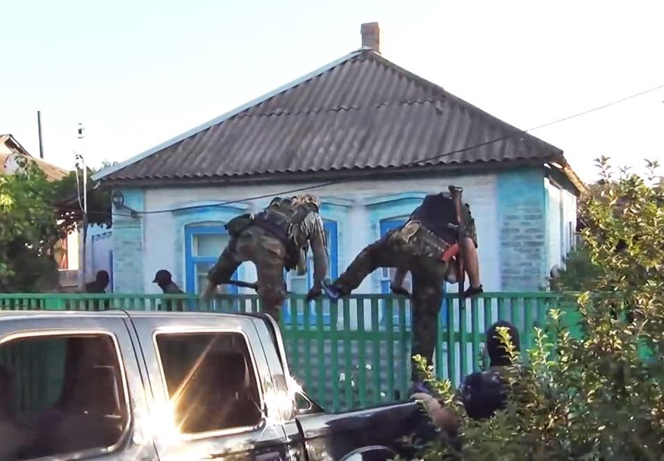Бойцы украинского добровольческого батальона штурмуют частный дом