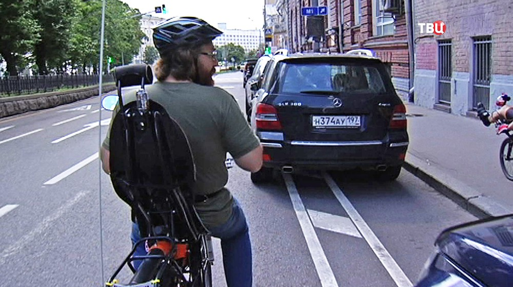Припаркованные машины на велодорожке