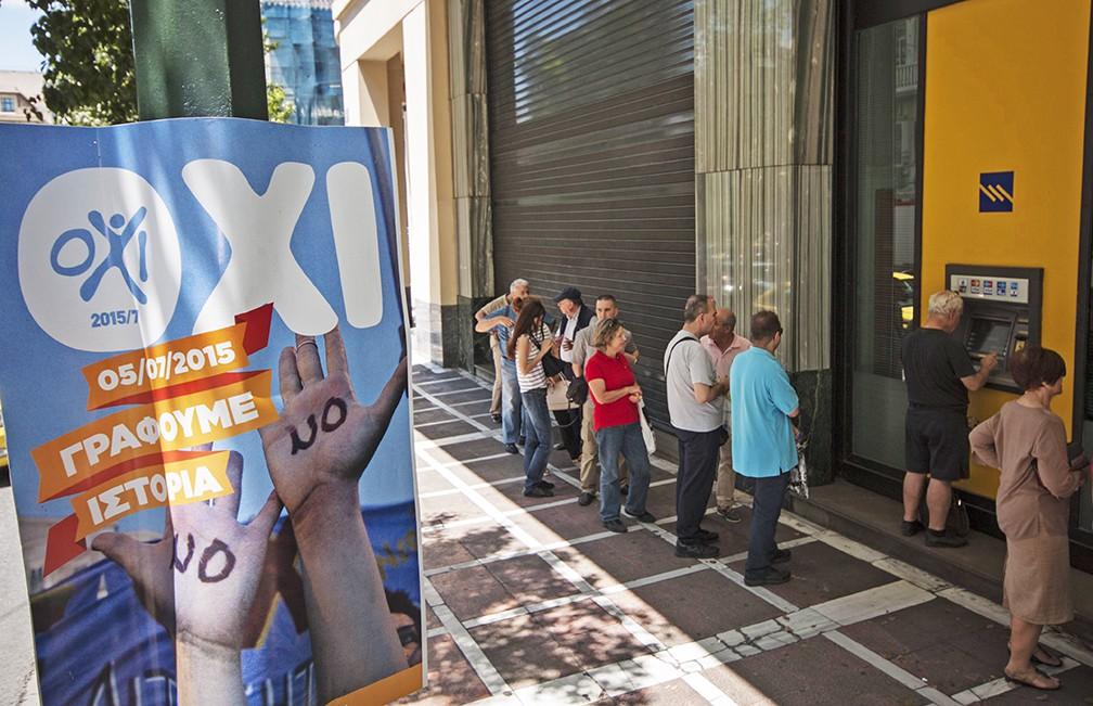 Очередь к банкоматам в Греции на кануне референдума