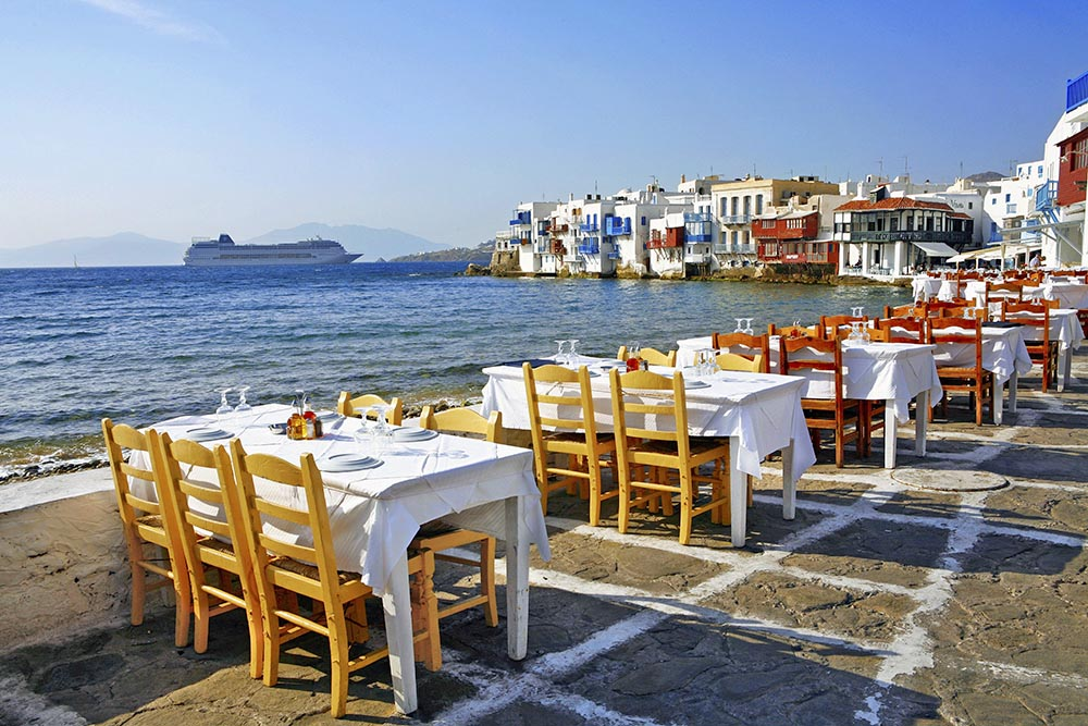Ресторан на набережной в Греции