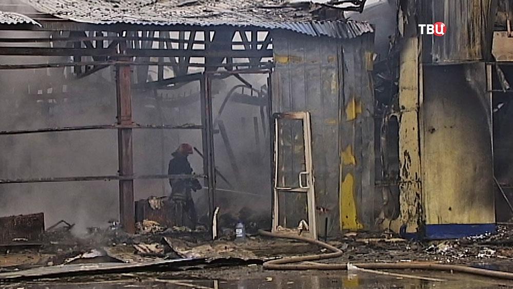 Последствия пожара в торговом павильоне