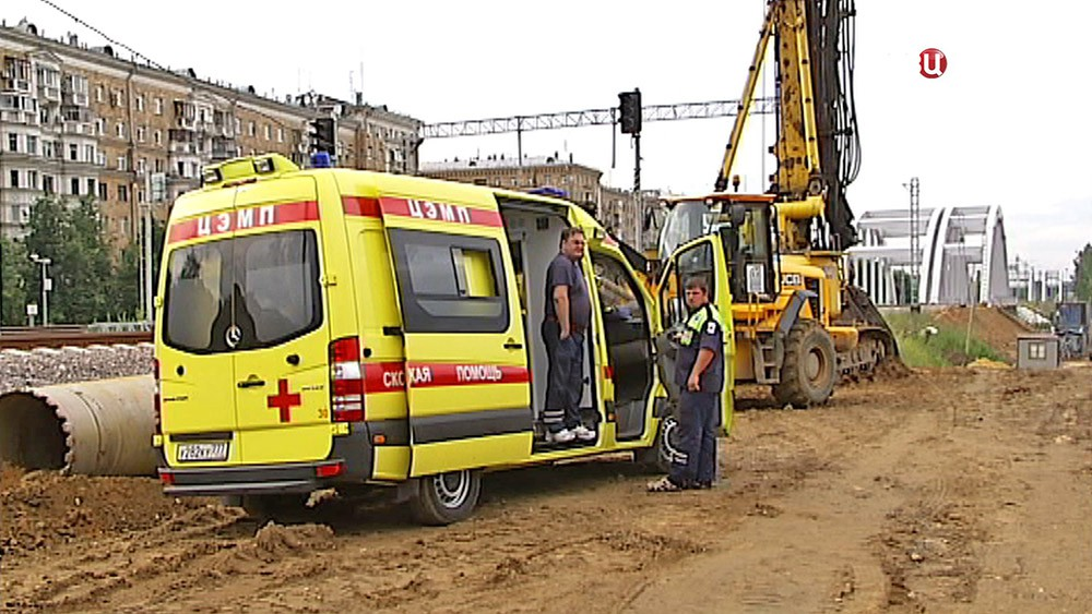 Машина скорой помощи на стройке