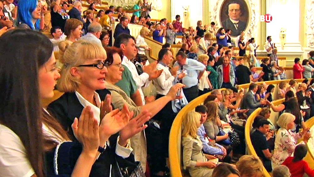 Зрители аплодируют в Московской консерватории имени Чайковского