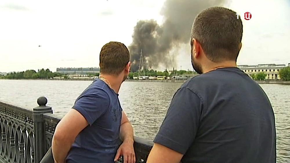 Люди наблюдают за пожаром на заводе ЗиЛ