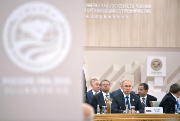 Президент Российской Федерации Владимир Путин во время церемонии подписания совместных документов по итогам заседания Совета глав государств-членов ШОС