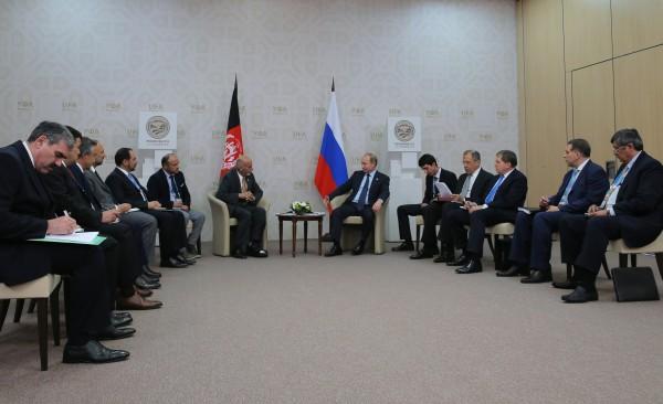 Президент Российской Федерации Владимир Путин и Президент Исламской Республики Афганистан Ашраф Гани Ахмадзай во время встречи в Уфе