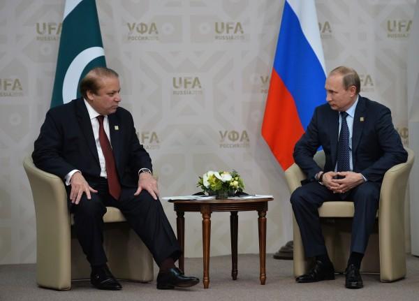 Президент Российской Федерации Владимир Путин и Премьер-министр Исламской Республики Пакистан Наваз Шариф во время встречи в Уфе