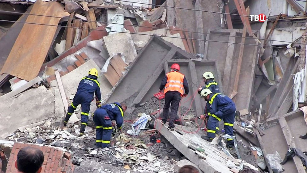 Спасатели МЧС разбирают завалы на месте обрушения