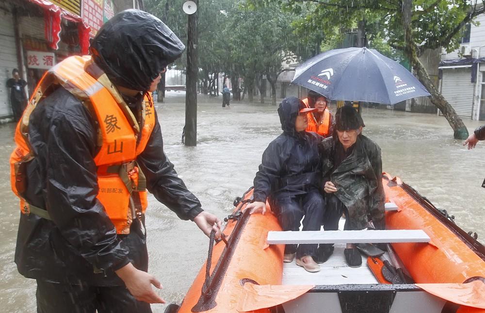 Эвакуация жителей из затопленных районов в Китае
