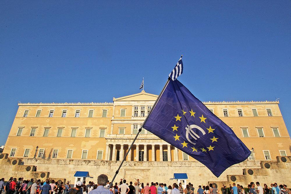 Флаг Eвросоюза на фоне греческого парламента