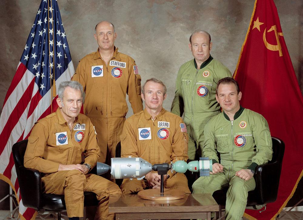 Экипаж Аполлона-ЭПАС: Стаффорд, Слейтон и Бранд якобы надышатся, но не отравятся ядовитейшим амилом.