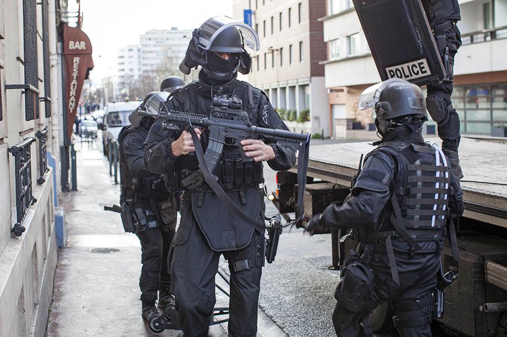 Французский полицейский спецназ проводит спецоперацию