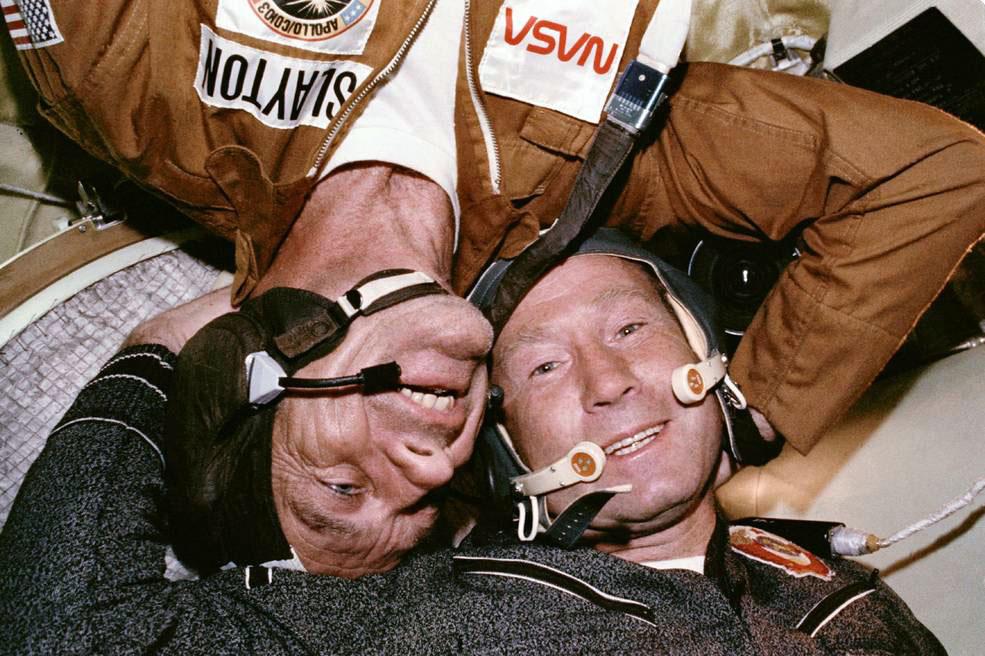 Астронавт Дональд Слейтон и космонавт Алексей Леонов в космическом корабле Союз