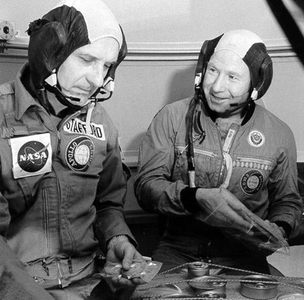 Космонавт Алексей Леонов и астронавт Томас Стаффорд в Центре подготовки космонавтов в Звёздном городке