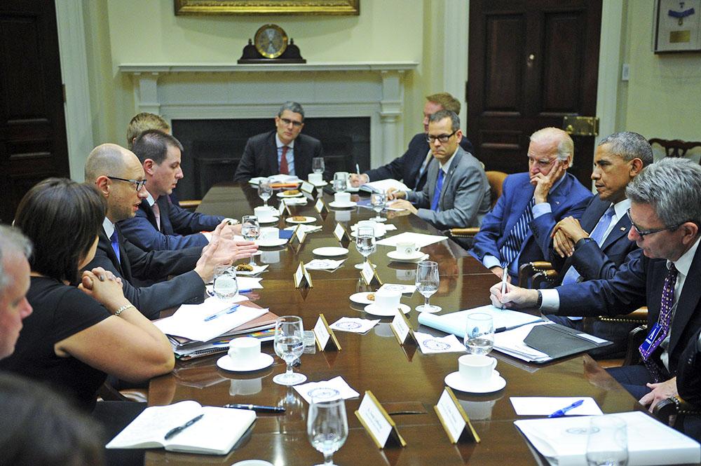 Премьер-министр Украины Арсений Яценюк, президент США Барак Обама и вице-президент США Джозеф Байден во время переговоров в Белом доме