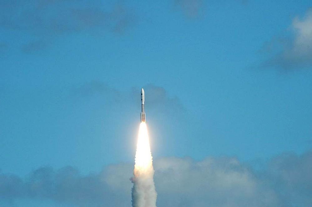 Ракета выводит на орбиту космический зонд New Horizons